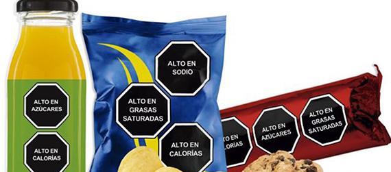 Ilustración con ejemplos de productos con octágonos de etiquetado de advertencia mexicano