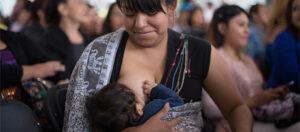 Madre mexicana lactando en espacio público