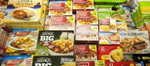 Alimentos ultraprocesados en congelador del súper