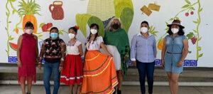 Participantes en la presentación del mural que promueve el derecho a una alimentación sana y nutritiva en la niñez Oaxaqueña